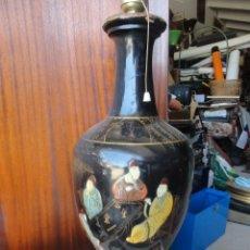 Vintage: LÁMPARA DE MESA MADERA LACADA DIBUJOS CHINOS RELIEVE MEDIDA 40 X 20 CM. . Lote 174230809