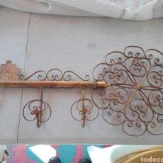 Vintage: PERCHERO EN METAL CON DORADOS FORMA DE LLAVE AÑOS 60, MUY DECORATIVO. Lote 178328185