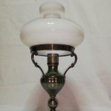 Vintage: LAMPARA DE MESA ANTIGUA EN METAL COLOR PLATA Y TULIPA OPALINA BLANCA TIPO QUINQUE VINTAGE AÑOS 70. Lote 187525713