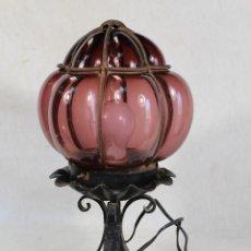 Vintage: LAMPARA DE SOBREMESA EN HIERRO DE FORJA Y TULIPA DE CRISTAL . Lote 187701076