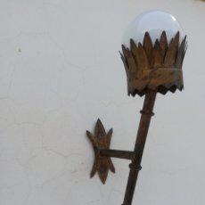 Vintage: GRAN APLIQUE LAMPARA DE PARED ANTIGUA EN HIERRO DORADO TIPO FERROARTE ANTORCHA VINTAGE AÑOS 60. Lote 193639318
