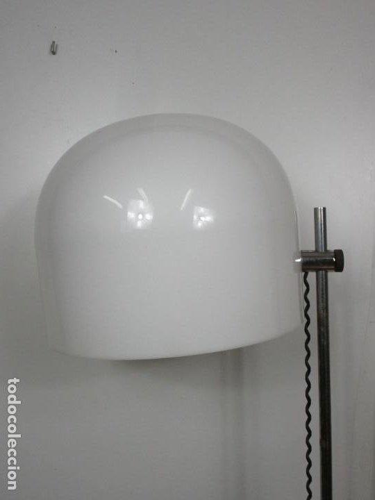 Vintage: Lámpara de Pie Cromada - con Gran Tulipa Plástica de Color Blanco - Regulable - Vintage - Años 70 - Foto 5 - 193889763