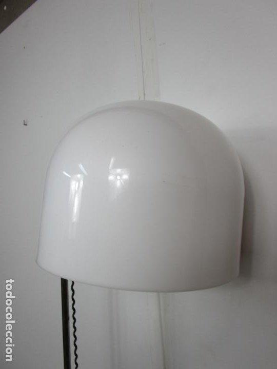 Vintage: Lámpara de Pie Cromada - con Gran Tulipa Plástica de Color Blanco - Regulable - Vintage - Años 70 - Foto 9 - 193889763