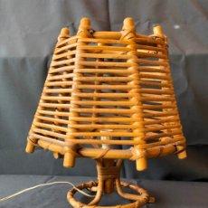 Vintage: LAMPARA VINTAGE MESA RATTAN PEQUEÑA CAÑA BAMBU MIMBRE AÑOS 70 . Lote 194934287