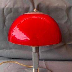 Vintage: LAMPARA SETA SOBREMESA PEQUEÑA PIE CROMADO Y TULIPA METACRILATO ROJA E INTERIOR BLANCA. Lote 194940038