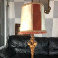 Vintage: ANTIGUA LAMPARA SOBREMESA CON QUERUBINES PIE MADERA LAS CARAS ESTUCO POLICROMADO MIRA FOTS 79 CM. Lote 195072905