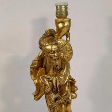 Vintage: LAMPARA DE SOBREMESA CON PIE FIGURA DE CHINO MANDARIN EN RESINA DORADA. Lote 195354430