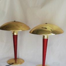 Vintage: GRAN PAREJA LAMPARAS DE MESA ESTILO ART DECO FORMA DE SETA EN METAL DORADO Y MADERA TIPO BAUHAUS. Lote 196389532
