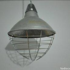 Vintage: LAMPARA INDUSTRIAL CON REJILLA PROTECTORA. FUNCIONANDO.. Lote 195625026