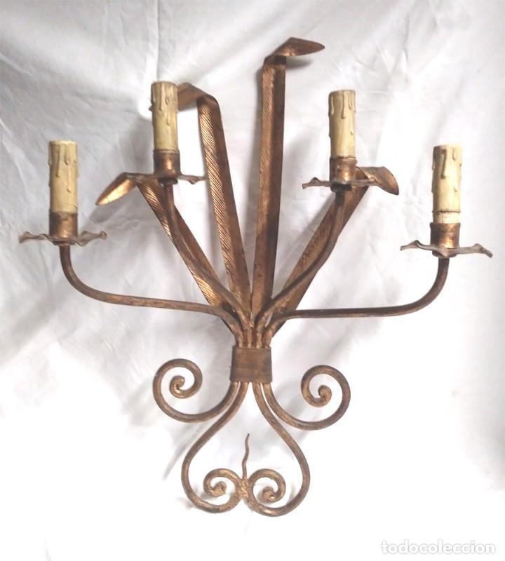 APLIQUE PARED ESPIGAS PATINADO DORADO, LAMPARA FORJA AÑOS 60, BUEN ESTADO. MED. 44 X 55 CM (Vintage - Lámparas, Apliques, Candelabros y Faroles)