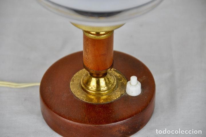 Vintage: Lámpara mesilla base madera tulipa abombada - Foto 4 - 55138386