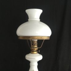 Vintage: ANTIGUA LAMPARA DE MESA TIPO QUINQUE EN OPALINA Y BRONCE VINTAGE AÑOS 50. Lote 201851618