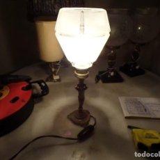 Vintage: LAMPARA DE MESA EN BRONCE FIGURA NIÑO CON BONITA TULIPA CRISTAL FUNCIONANDO. Lote 216656262