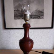 Vintage: LÁMPARA DE SOBREMESA CON PIE DE MADERA. Lote 218819600