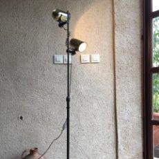 Vintage: LAMPARA DE PIE VINTAGE MARCA FASE CON DOS FOCOS EN METAL DORADO REGULABLES. Lote 221665513