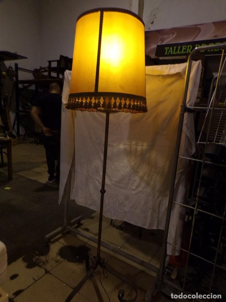 BONITA LAMPARA DE PIE VINTAGE CON PANTALLA DE PIEL CON FLECOS HIERRO FORJADO ¡ FUNCIONANDO! (Vintage - Lámparas, Apliques, Candelabros y Faroles)