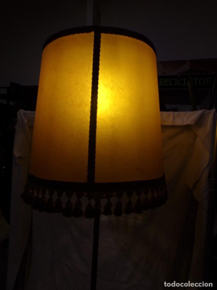 Vintage: BONITA LAMPARA DE PIE VINTAGE CON PANTALLA DE PIEL CON FLECOS HIERRO FORJADO ¡ FUNCIONANDO! - Foto 2 - 221761768