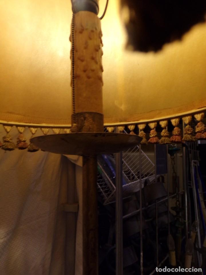 Vintage: BONITA LAMPARA DE PIE VINTAGE CON PANTALLA DE PIEL CON FLECOS HIERRO FORJADO ¡ FUNCIONANDO! - Foto 4 - 221761768