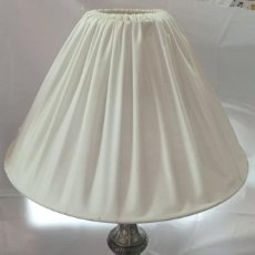 Vintage: LAMPARA SOBREMESA DE CALAMINA + PANTALLA. Lote 221916126
