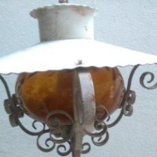 Vintage: ANTIGUA LAMPARA DE TECHO D EXTERIOR DE HIERRO FORJADO Y TULIPA AMBAR CON ONDAS EN RELIEVE.FUNCIONA. Lote 222622460