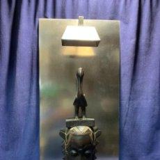 Vintage: LAMPARA ACERO APLIQUE MASCARA AFRICANA BAULE COSTA DE MARFIL PEDRO PEÑA DECORADOR MALAGA 75CM. Lote 223726436