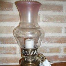 Vintage: LAMPARA PARA MESITA CON ADORNOS DE TIPO CANDIL,DE LATON O BRONCE!!.AÑOS 60-70,BUEN ESTADO.. Lote 224607538