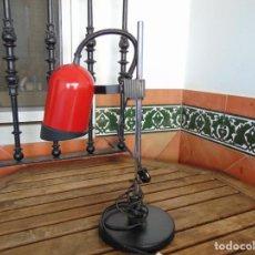 Vintage: LAMPARA DE SOBREMESA TIPO FOCO EN ROJO REGULABLE EN ALTURA Y DIRECCIÓN DE LA LUZ. Lote 226896855