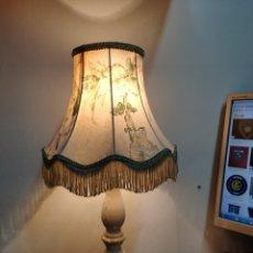 Vintage: PRECIOSA LAMPARA DE SOBREMESA CON PANTALLA DE TELA PRECIOSA. Lote 242203595