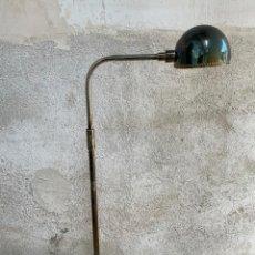 Vintage: LAMPARA LECTURA LATON BRONCE PANTALLA REDONDA METALICA AÑOS 60 70 127X51CMS. Lote 263109895