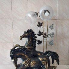 Vintage: ESPECTACULAR LAMPARA DE SOBREMESA CABALLOS SALVAJES,RESINA, METAL Y CRISTAL,TOQUES DE BRONCE VINTAGE. Lote 274196808