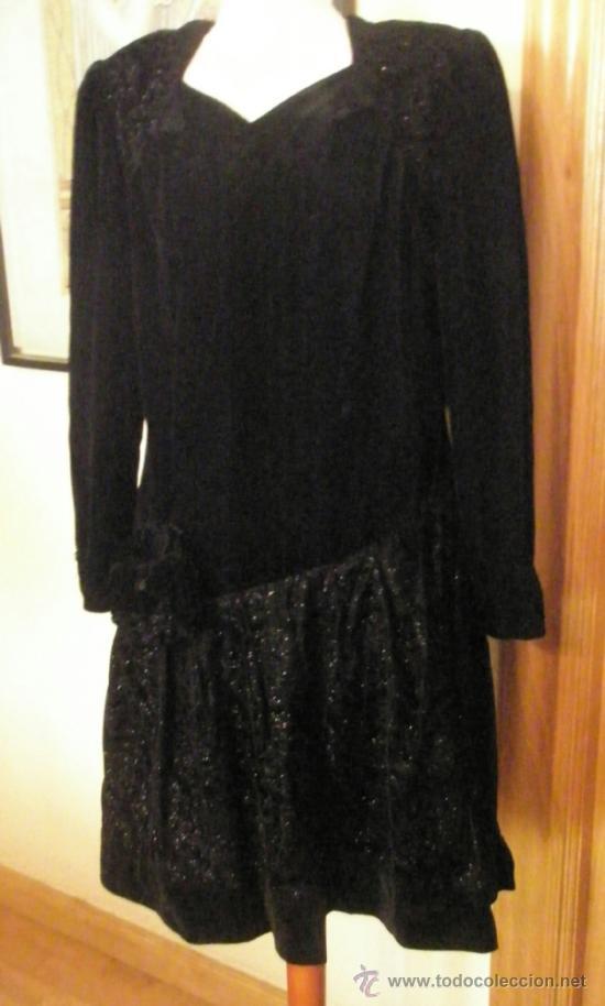 24f0f625d443 Vestido negro, talle bajo, terciopelo decoración en la falda, acrílico,  hombreras, sin uso .