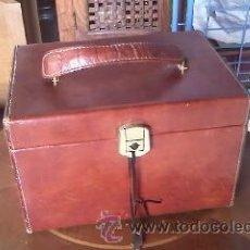 Vintage: PRECIOSO NECESER DE VIAJE PARA SEÑORA, POLIPIEL. CON LLAVE ORIGINAL.. Lote 39225929