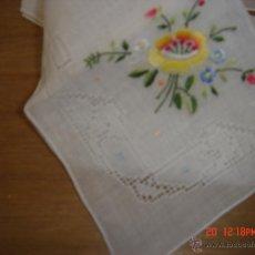 Vintage: PRECIOSO PAÑUELO BORDADO A MANO, DE MI COLECCIÓN PARTICULAR AÑOS 70/80. Lote 40274839