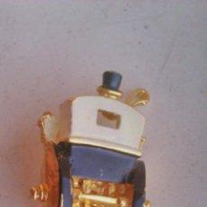 Vintage: ORIGINAL BROCHE CON FORMA TRASERA DE CALESA Y COCHERO.METAL DORADO.. Lote 44024074