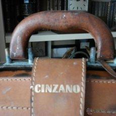 Vintage: ANTIGUO MALETÍN DE CUERO DE PUBLICIDAD DE CINZANO. Lote 47269155