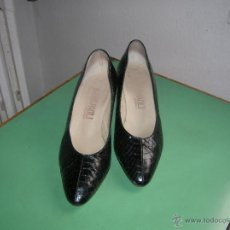 Vintage: ELEGANTES ZAPATOS NEGROS DE PIEL DE SERPIENTE Nº 37. Lote 48201342