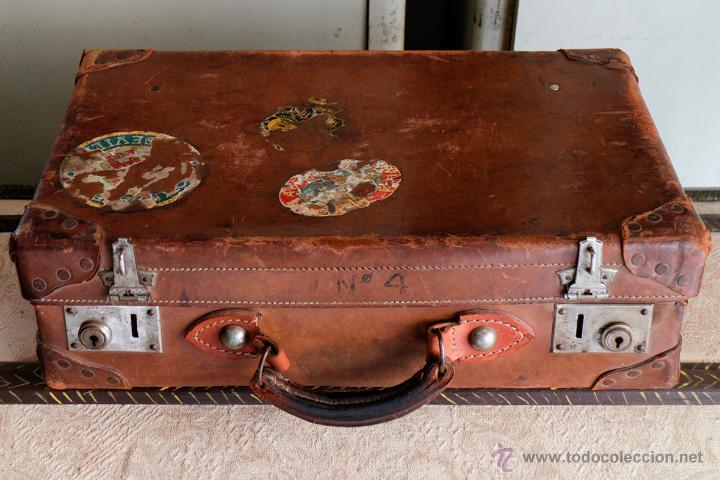 Antigua maleta de piel y remaches con pegatinas comprar for Maletas antiguas online