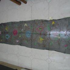 Vintage: MANTILLA CHAL ESPAÑOL DE COLOR NEGRO DECORADA CON FLORES DE COLORES. AÑOS 60. --- R. Lote 56306746