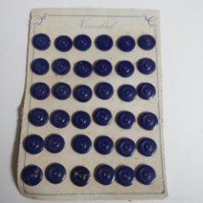Vintage: BLISTER COMPLETO CON 36 BOTONES DE TIENDA DE CONFECCION FINAL DE LOS 50.. Lote 56859133