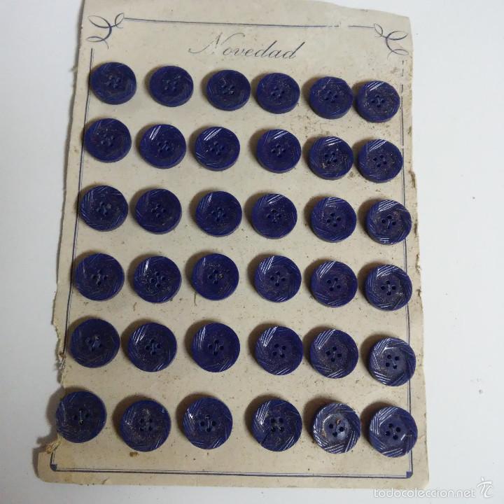 BLISTER COMPLETO CON 36 BOTONES DE TIENDA DE CONFECCION FINAL DE LOS 50. (Vintage - Moda - Complementos)