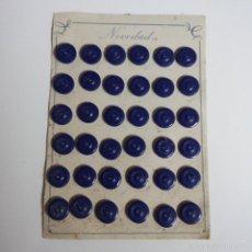 Vintage: BLISTER COMPLETO CON 36 BOTONES DE TIENDA DE CONFECCION FINAL DE LOS 50, SASTRE, MODA.. Lote 56859292