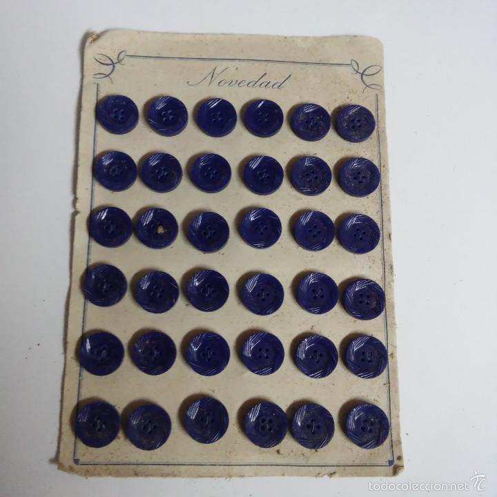 BLISTER COMPLETO CON 36 BOTONES DE TIENDA DE CONFECCION FINAL DE LOS 50, MODA, SASTRE. (Vintage - Moda - Complementos)