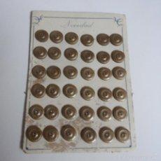 Vintage: BLISTER COMPLETO CON 36 BOTONES DE TIENDA DE CONFECCION FINAL DE LOS 50, SASTRE, MODA.. Lote 56859449