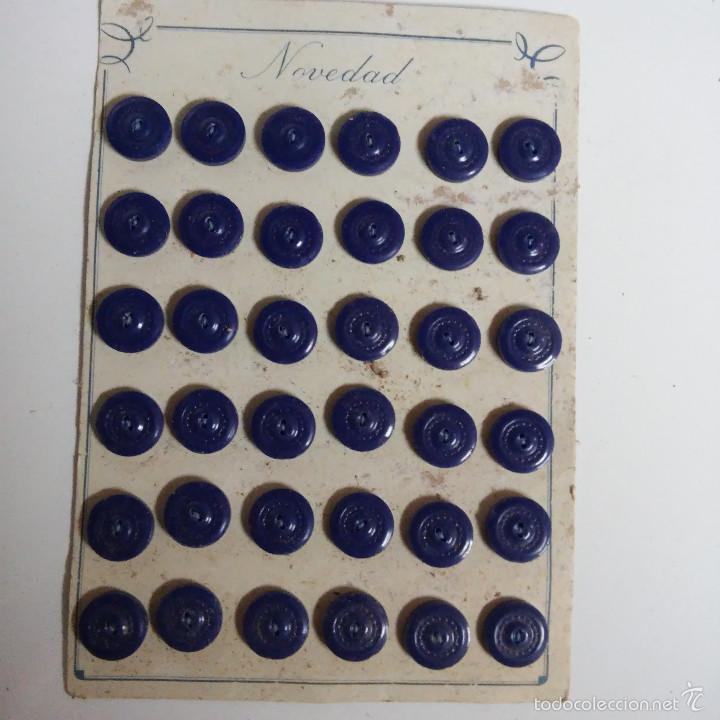 BLISTER COMPLETO CON 36 BOTONES DE TIENDA DE CONFECCION FINAL DE LOS 50, SASTRE, MODA. (Vintage - Moda - Complementos)