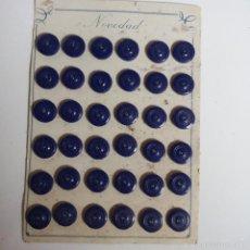 Vintage: BLISTER COMPLETO CON 36 BOTONES DE TIENDA DE CONFECCION FINAL DE LOS 50, SASTRE, MODA.. Lote 56859506