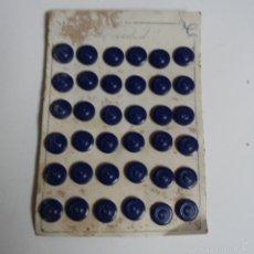 Vintage: BLISTER COMPLETO CON 36 BOTONES DE TIENDA DE CONFECCION FINAL DE LOS 50, SASTRE, MODA.. Lote 56859547