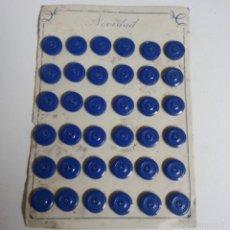 Vintage: BLISTER COMPLETO CON 36 BOTONES DE TIENDA DE CONFECCION FINAL DE LOS 50, MODA,SASTRE.. Lote 56860029