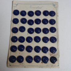 Vintage: BLISTER COMPLETO CON 36 BOTONES DE TIENDA DE CONFECCION FINAL DE LOS 50, SASTRE, MODA.. Lote 56860060