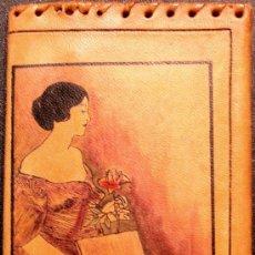 Vintage: ARTESANÍA: CARTERA BILLETERA MONEDERO DE MUJER PIEL PINTADA A MANO - DAMA DE LA ROSA - AÑOS 70. Lote 57631166