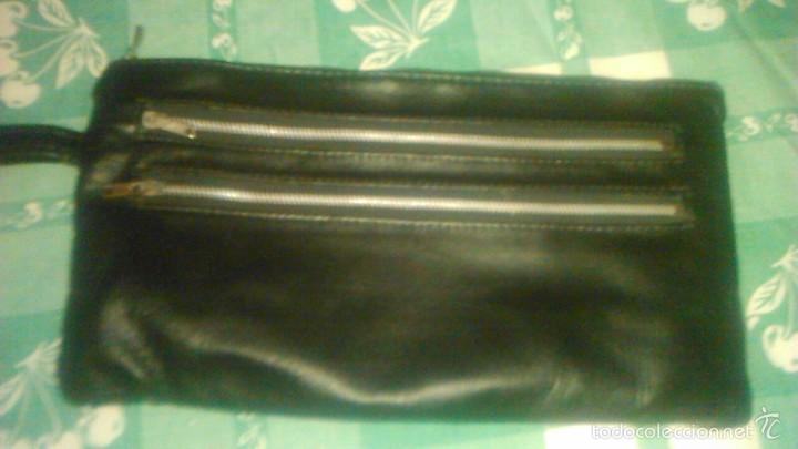 Vintage: Pequeño bolso de mano de caballero de piel negro y cremalleras metálicas. vintage. - Foto 2 - 59475414